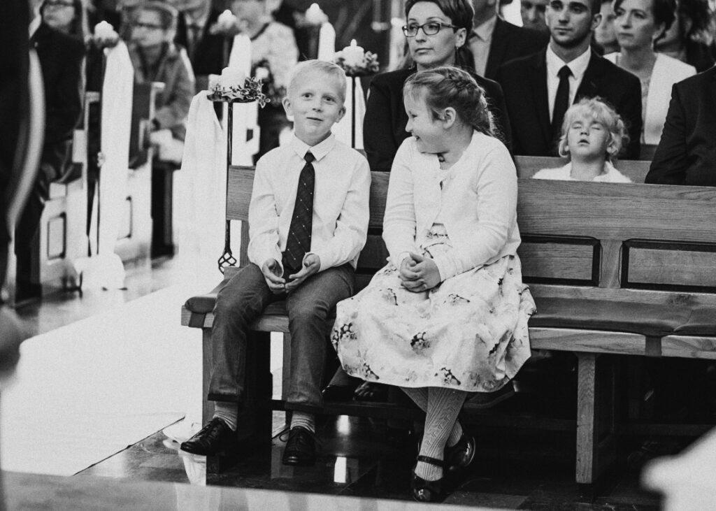 chłopczyk i dziewczynka podczas uroczystości ślubnej