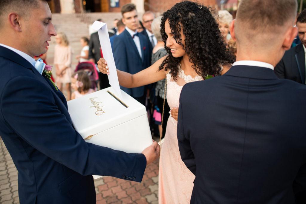 wręczanie kopert młodej parze