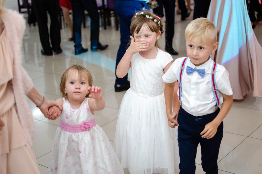 dzieci podczas zabawy weselnej