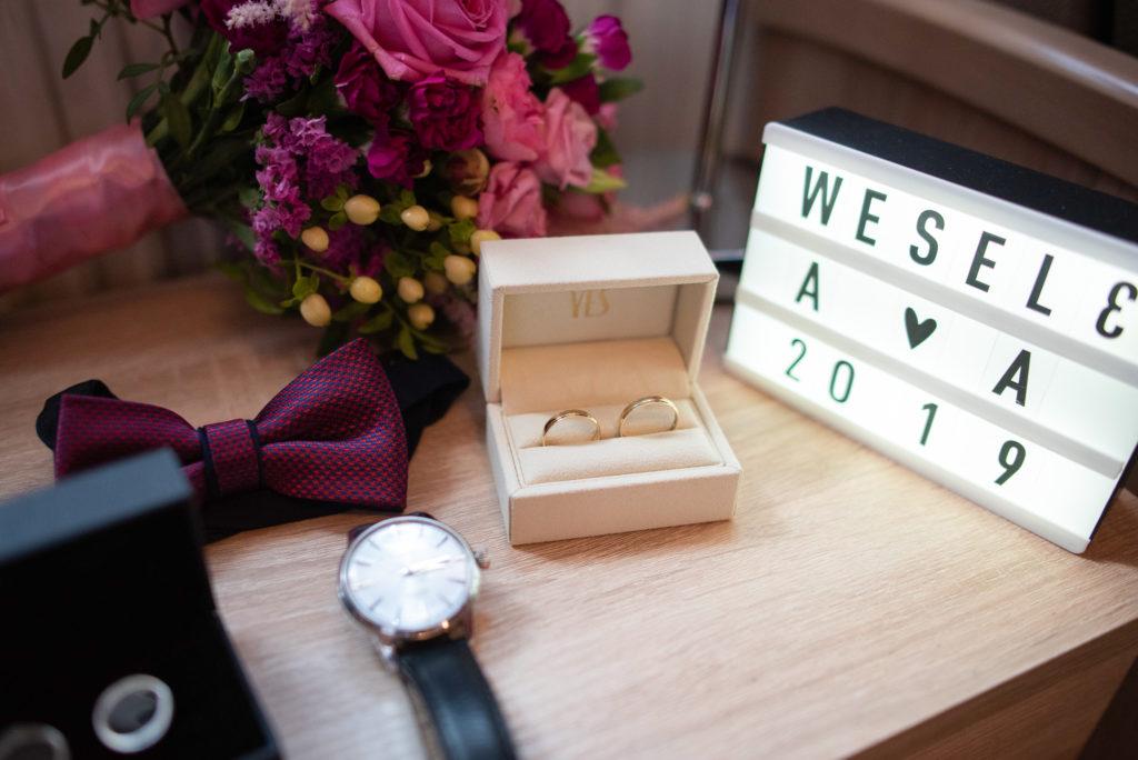obrączki ślubne w pudełeczku