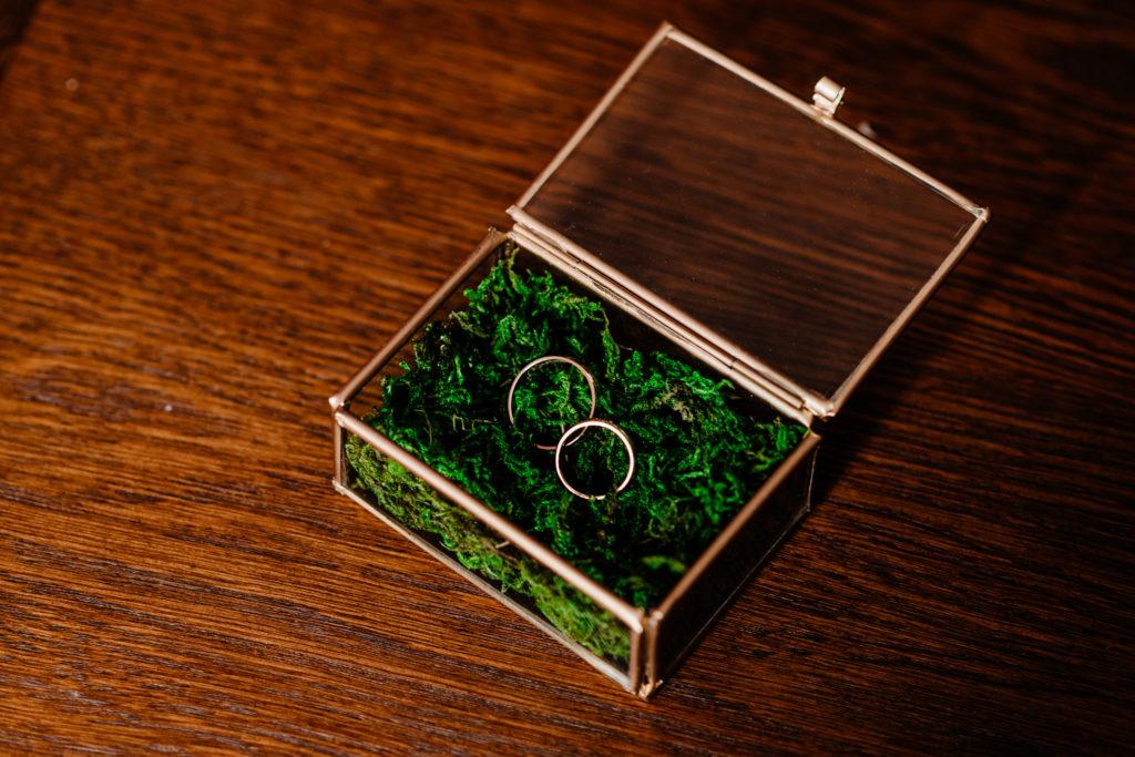 obrączki ślubne w pudełeczku z mchem