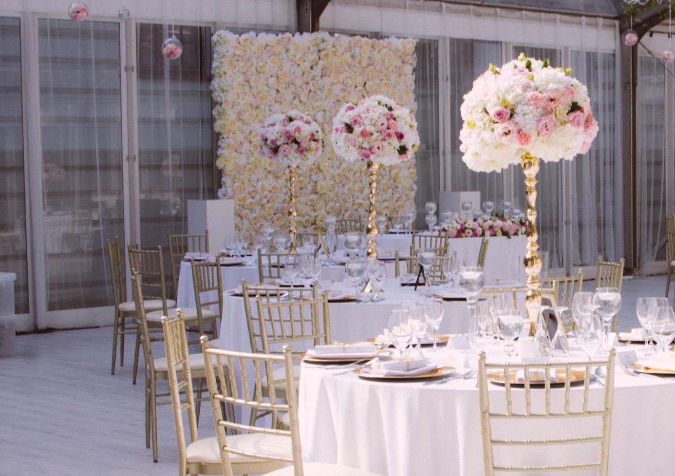 ścianki kwiatowe w sali weselnej